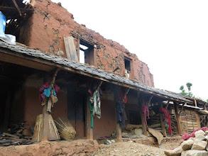 Photo: Casa afectada por el terremoto en la aldea de Khalte, distrito de Dhading.