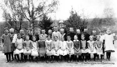 Photo: Skolan 1918( ev. 1915) klass 1-2 Övre rad fr v Maria Jansson, Anders Örn, ?     , Martin Andersson Baggaboda,      ?     ,     ?     , Algot Persson Hålkärret, ?    , Erik Persson, Anders Eriksson, Uno Larsson,     ?      ,       ?      ,      ?     , Greta Rydberg Nedre rad fr. v. Ruth Johansson, Elsa Andersson,    ?    ,     ?     ,      ?     ,Anna Andersson,        ?        , Sigrid Sjöberg (Esplund)f.1907,  Hedin, Elna Larsson, Aina Ahlbom, Ruth Andersson, Helena Karlsson Lärarinna Alma Karlsson