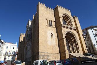 Photo: 5: Un Tuk-Tuk, es una especie de motocarro que te da un paseito por la ciudad. Nuestro conductor es muy amable y nos cuenta muchas cosas de Coimbra. Aquí, la Catedral Vieja, uno de los edificios de estilo románico más importantes de Portugal.