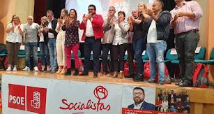 Rafael Montes (chaqueta roja), del PSOE, junto a los miembros de su equipo.