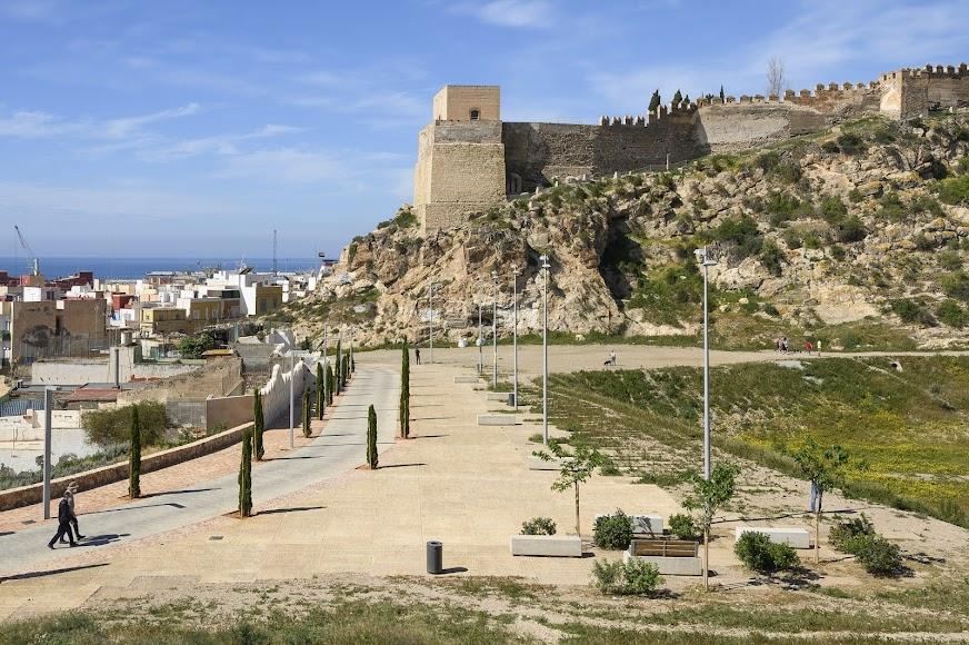 Así está actualmente el entorno de la Alcazaba tras la actuación en La Hoya