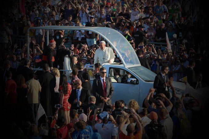 Pope Francis greets pilgrims at the Campus Misericoriae before the Saturday night vigil, July 30, 2016. Credit: Alan Holdren/CNA.