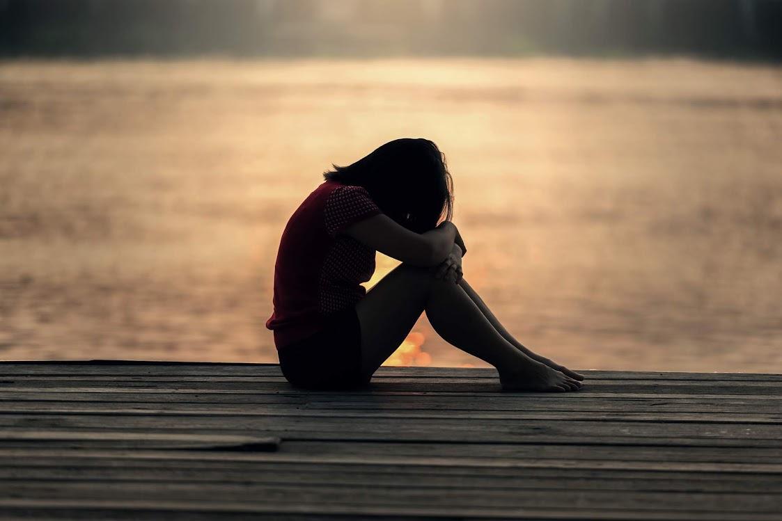 garota triste sentada