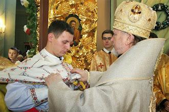 Photo: Єпископ одягає нововисвяченому фелон