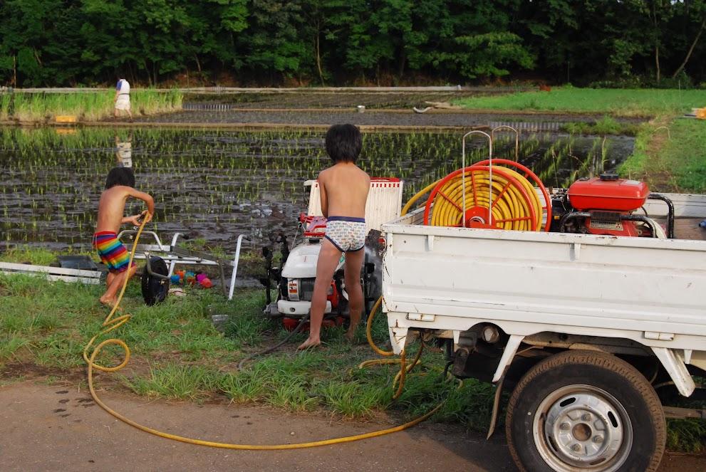 最後はこどもたちが田植え機を洗ってくれました
