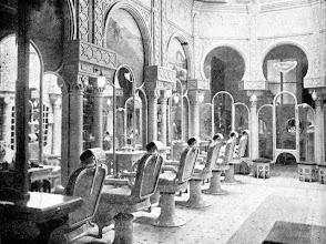 Photo: Interior de um salão de beleza, todo decorado com motivos mouriscos. Foto sem data