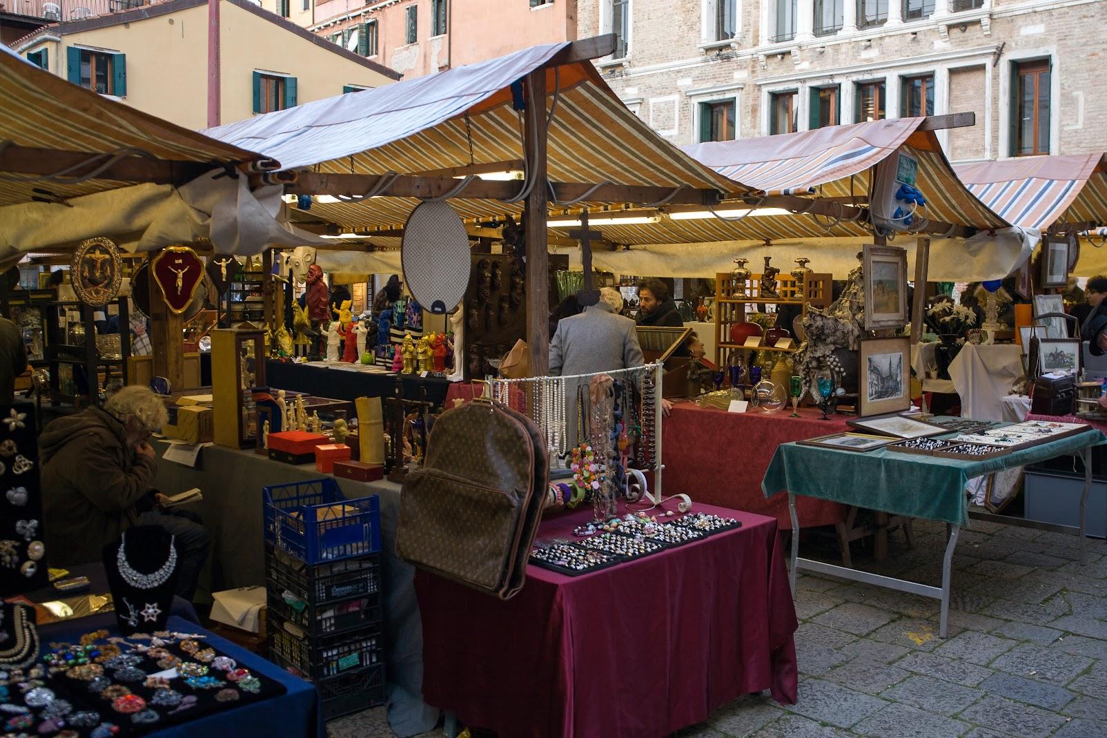 Венеция. Россыпь крошек коломбы из Тоноло и просекко на могиле Вайля