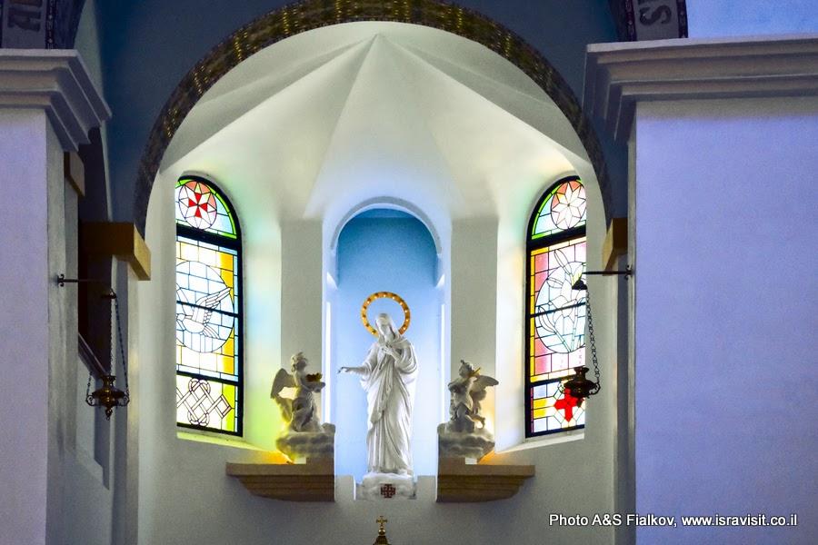 В церкви Девы Марии монастыря Дир Рафат, Израиль.
