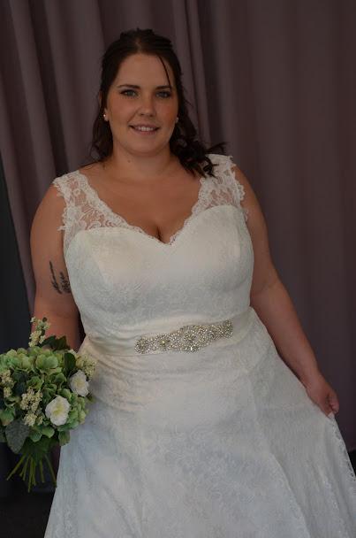 Mjuk brudklänning i spets med släp och glitterband