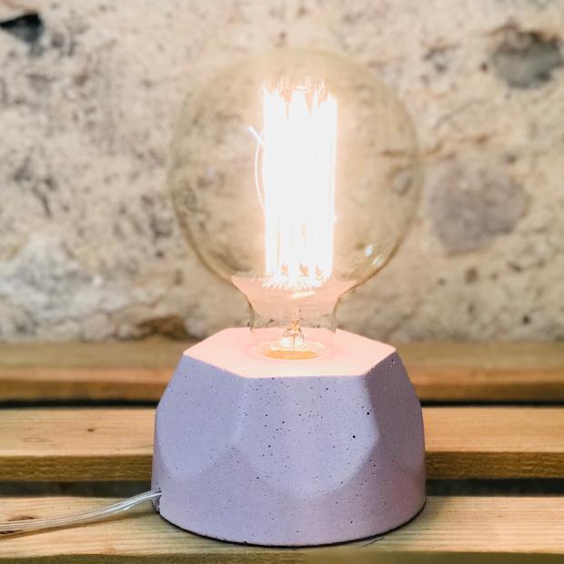 Lampe design en béton rose pastel avec son ampoule à filament