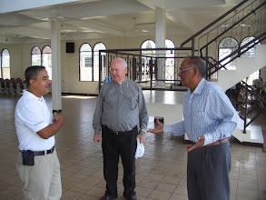 Photo: De moskee van binnen. Mgr. Wiertz in gesprek met imam Abdoel (r)