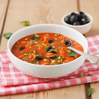 Tomatencremesuppe mit Zucchini und Oliven