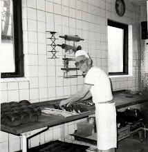 Photo: Rødding Bageri, Børge  i gang med kagerne ca. 1980