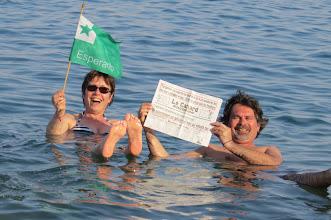 Photo: Legante gazeton en la Morta Maro