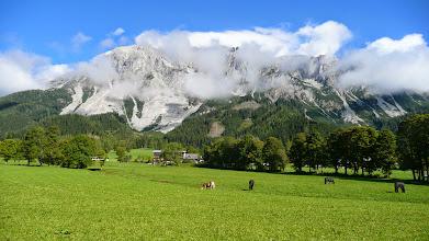 Photo: Vápencový masiv Dachsteinu (2996 m) vykukuje z mraků