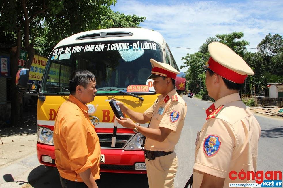 Công an huyện Thanh Chương kiểm tra nồng độ cồn đối với lái xe buýt trên tuyến Quốc lộ 46