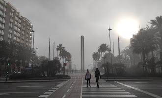 Almería 'desaparece' entre un banco de niebla