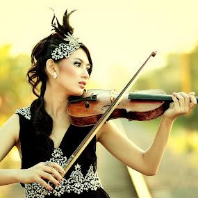 by Frans Widi - People Musicians & Entertainers ( violin, woman, portrait )