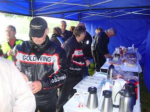 Photo: en dan aanvallen op het buffet,  de leden van de motorclub Veenendaal hadden dit goed geregeld.