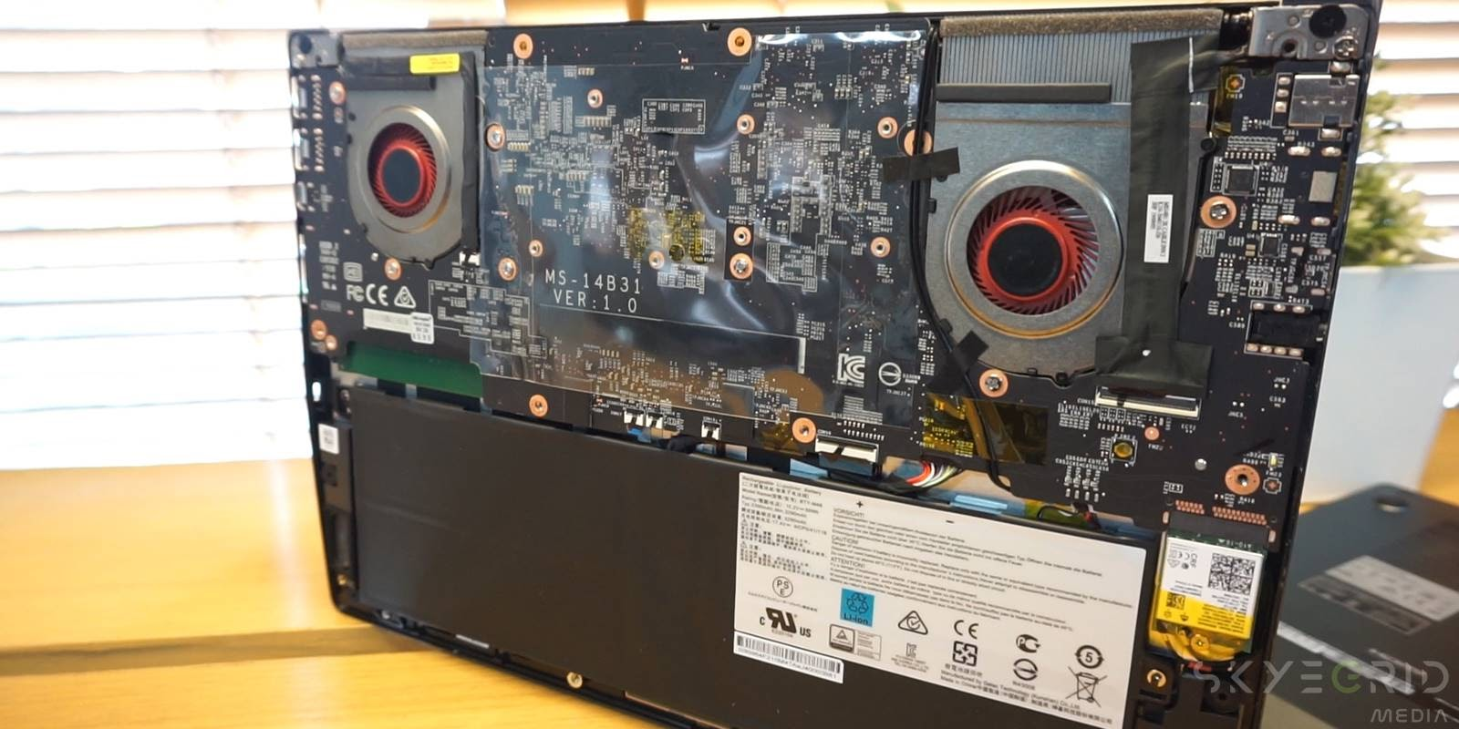 Review MSI Modern 14 - Disassembly 01