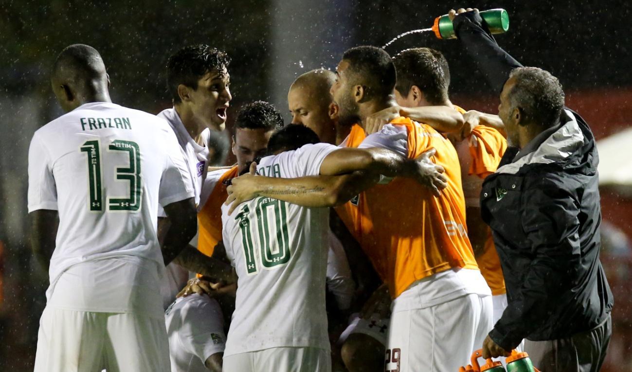 C:\Users\Carla\Desktop\Blog MULHERES EM CAMPO\Brasileiro 2018\Fluminense x Vitóri\Grupo comemor.jpg