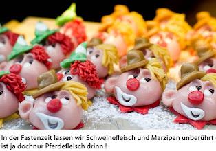 Photo: In der Fastenzeit lassen wir Schweinefleisch und Marzipan unberührt - ist ja doch nur Pferdefleisch drin!