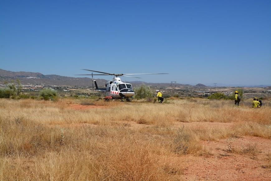 Efectivos del Infoca abordando el helicóptero que los ha de trasladar hasta el punto de Sierra Cabrera afectado por el incendio.