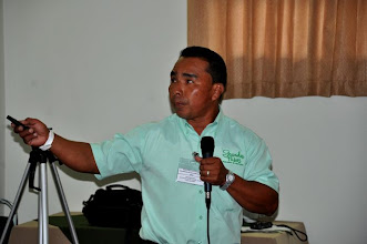 Photo: Candelario Perez, Patronato de Nutricion, from Panama presenting at the First Latin America SRI Workshop at EARTH University [photo by Erika Styger]