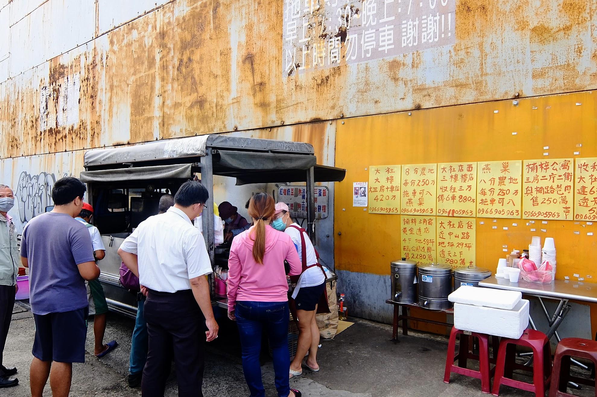 就在旗楠路邊,萬金巷(萬金路)交叉入口,早上時間有一家餐車啊! 很多人來買!