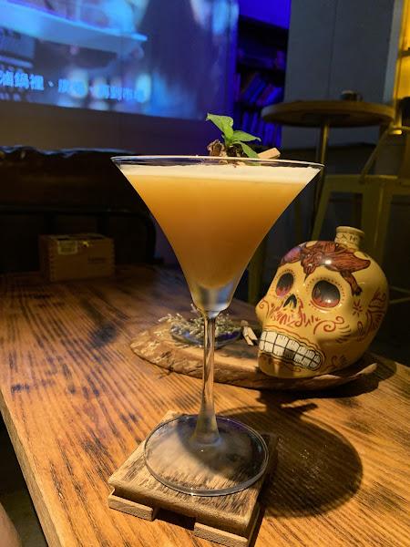 一間位於通化街附近的Speakeasy酒吧,Bartender十分熱情,炸雞翅好吃,到場慶生還被招待了生命之水Shot。個人喜歡他們的榴蓮特調、鳳梨麻油雞味調酒,照片中的大鮮蚵調酒也是非常有特色~