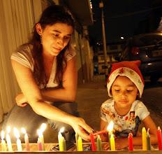 Photo: Descripción: Gente prendiendo las velitas el 7 de Diciembre.     Fecha de evento: 07/12/2010.      Foto: Edwin Bustamante Restrepo       Foto: El Colombiano