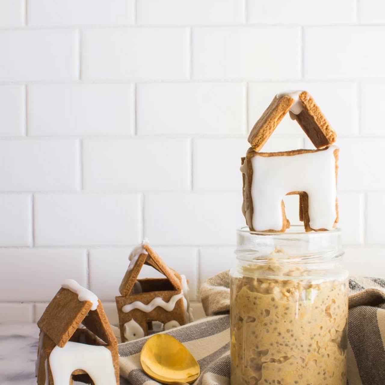 Gingerbread Overnight Oats (+ a mini gingerbread house!)