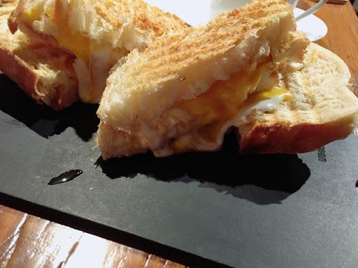 三種起司panini~ 好吃 咖啡也好喝 奶奶的檸檬派很棒👍🏻 餐點很多樣卻不失專業👍🏻👍🏻👍🏻