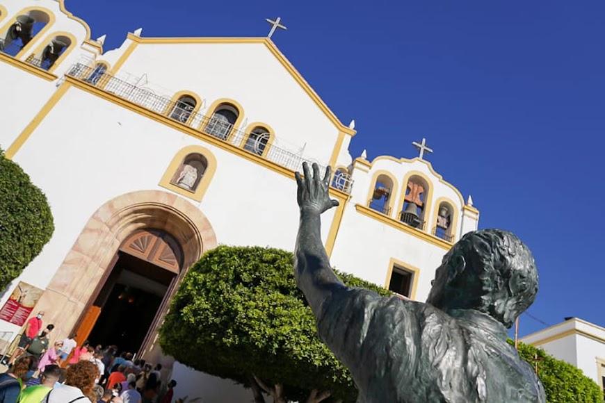 Los peregrinos acuden a la iglesia de Dalías.