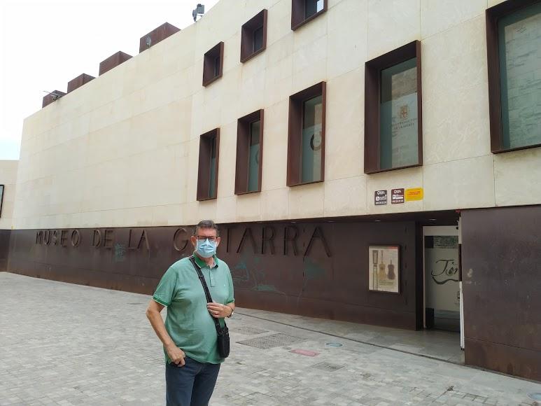 Rafael Esteban a las puertas del Museo de la Guitarra