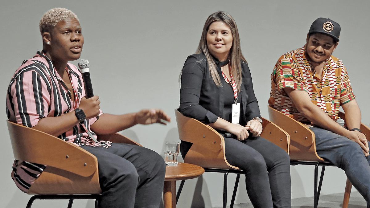 Empreendedores Akin Abaz, Aline Landim e Thiago Vinícius em apresentação no palco