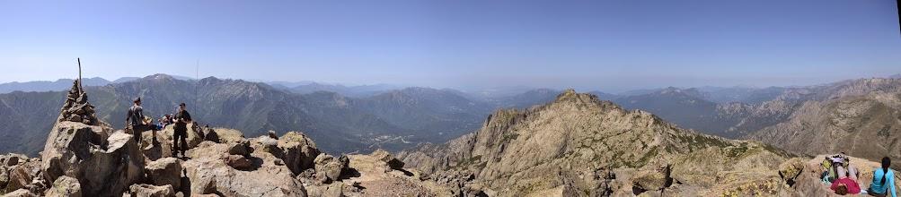 Photo: panorama z Monte d´Oro, vľavo vidno časť vrchola Monte d´Oro, v strede dolina rieky la Gravona ústiaca do zálivu d ´ Ajaccio, vpravo v popredí Pointe Migliarello /2254 m/