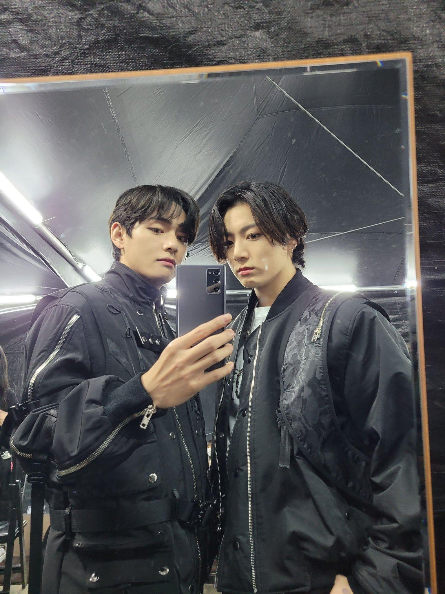 BTS's V (Left) & Jungkook (Right) | Weverse