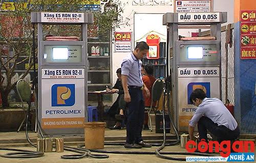 Cán bộ Sở KH&CN lấy mẫu kiểm nghiệm tại Cửa hàng xăng dầu Bình Trinh