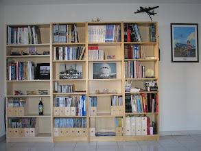 Photo: Ma bibliothèque dans mon salon, en bas à gauchen cachée à moitié, une pale d'hélice cassée en trophée d'une panne en Pou du Ciel HM293...