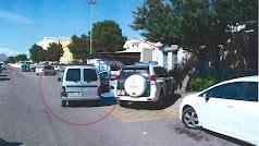 El coche del fallecido, en el asiento del copiloto, estacionado en el centro de salud de Benahadux