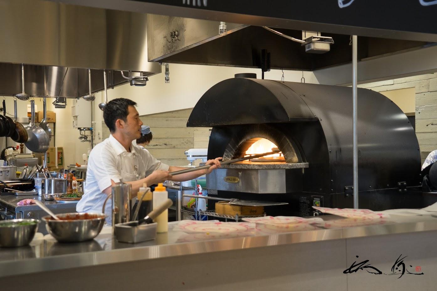 石釜で焼く焼き立てピザ