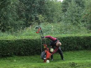 Photo: Raimo taistelee Husqvarnan ja vahavan ruohon kanssa.