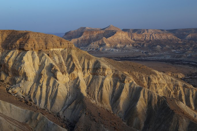 Vedere din Midreshet Ben Gurion spre valea Zin și muntele Tzaror