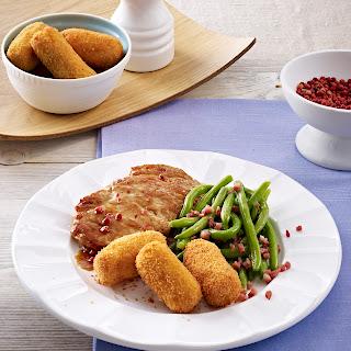 Schnitzel mit selbstgemachten Kroketten und Speck-Böhnchen