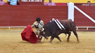Roca Rey bregó con el peor lote de una mala corrida de El Pilar en Roquetas.