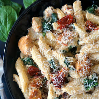 Chicken Alfredo Pasta With Sun-dried Tomatoes With Spinach.