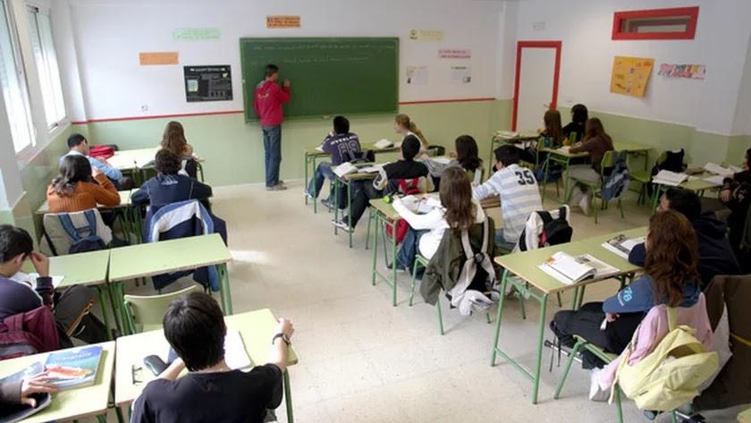 Un profesor da clase en un aula en un instituto.