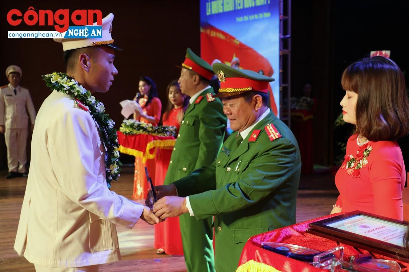 Đại tá Lê Anh Tuấn, Trung đoàn trưởng E26 tặng biểu trưng cho các cá nhân là gương người tốt, việc tốt thuộc đơn vị.