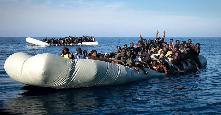 Sinkendes Schlauchboot vor der Küste Libyens.